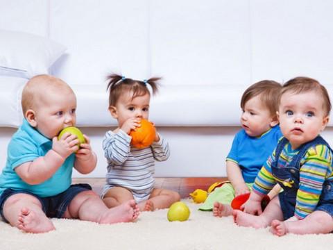 bebes-niños-tomando-frutas-